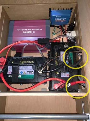 接続する為の穴をあけてケーブルを通してバッテリーどうしをつないでいます