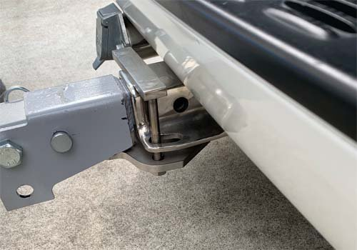 折り畳みタイプのヒッチカーゴがたつき防止ブラケット