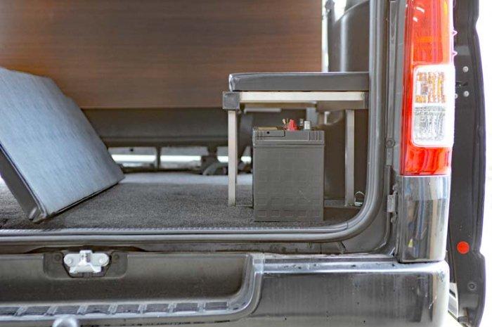 座れる車中泊ベッド-ハイエース用はベッドのフレーム下にバッテリーなどの電装品もしっかり収納できます