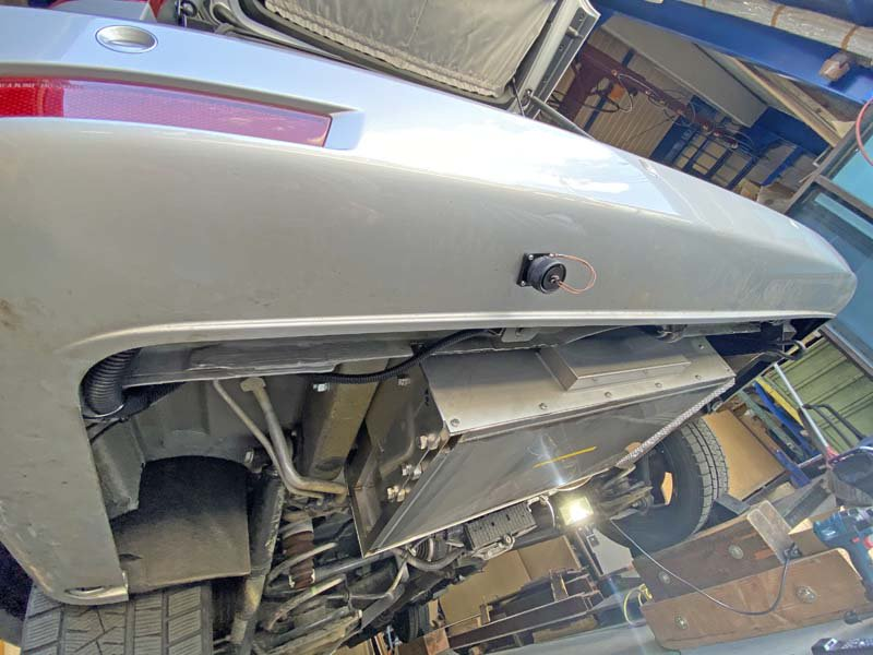 ベンツマルコポーロの車体下にリチウムイオンバッテリーなどの電装BOXを施工