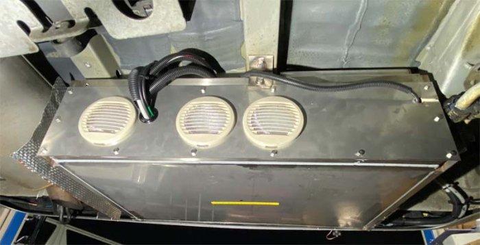 ベンツ(マルコポーロ)の車体下にリチウムイオンバッテリーなどの電装BOXを施工