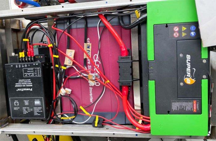 ベンツ(マルコポーロ)の車体下にリチウムイオンバッテリー、インバーター、走行充電器、バッテリー充電器を施工
