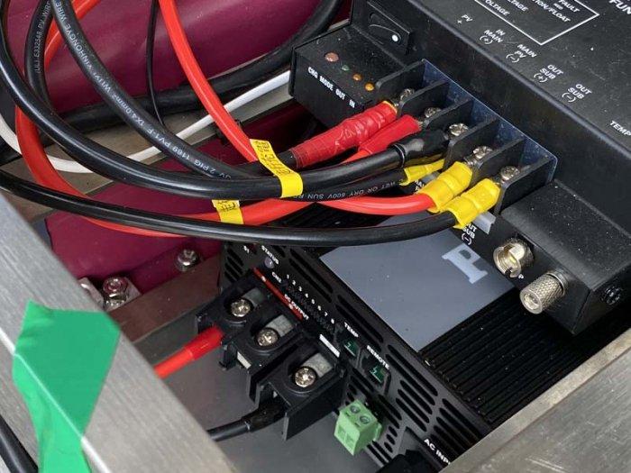 ベンツ(マルコポーロ)の車体下に電装BOXを施工