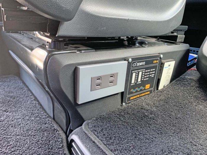 ベンツ(マルコポーロ)に100Vコンセントとインバーターのリモコン、ソーラー充電の表示器を設置