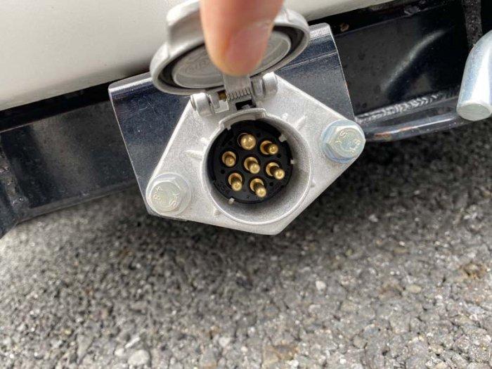 ヒッチメンバーのソケットにつなぐコネクターを施工します