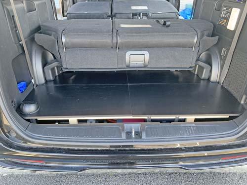 ステップワゴンスパーダのサードシート収納スペースにふたを製作し、荷物が置ける状態に。