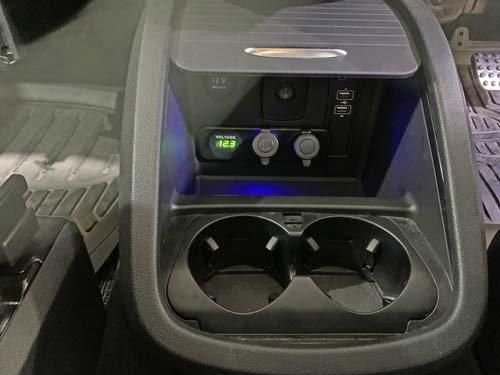 ベンツマルコポーロのセンターコンソールに電圧計・USB・シガー等を取付