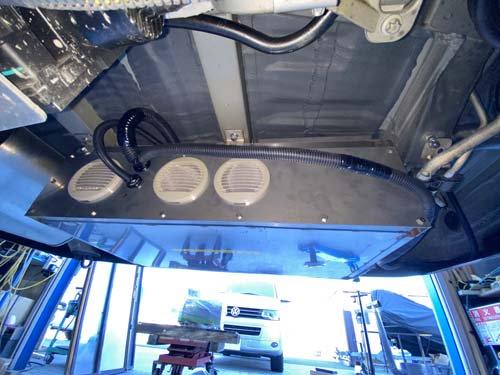 ベバストヒーターの取付に専用ブラケットや専用カバーを使用してベンツマルコポーロに取付