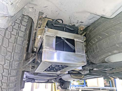 フォルクスワーゲンT5の車体下に取り付けたディープサイクルバッテリーとステンレス製バッテリーBOX
