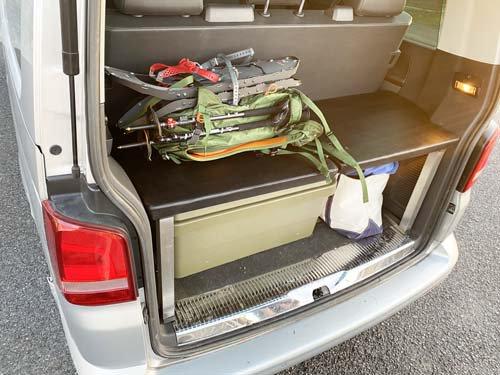 フォルクスワーゲンT5の荷室に便利なベッドの意一部を作成
