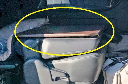 平行に保つ為のステーを取り付けてセットするセカンドシートテーブル
