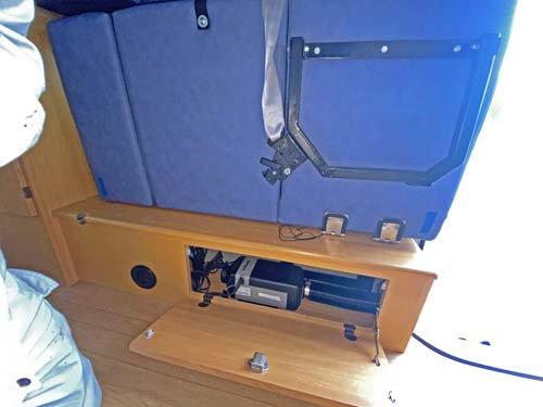 ベッド下の棚にすっきり収まっているベバストヒーター