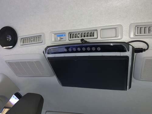 バッテリー(ナビ)切り替えシステムで利用するフリップダウンモニターを取付
