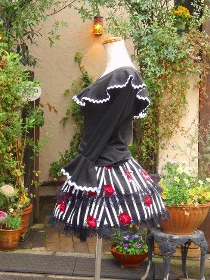 フリルブラウス:プチ姫袖とホワイトウェーブラインのフリルトップス 黒