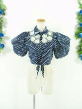 フリルシャツ:ショート丈のお花付きバルーン袖トップス 紺色