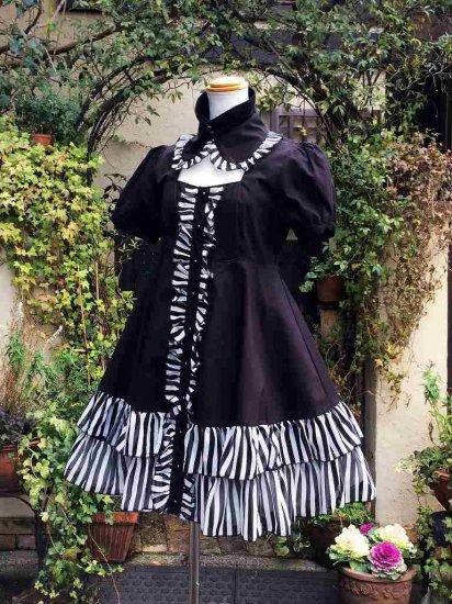 フリルワンピース:付け襟付きモノトーンの半袖フリルワンピース
