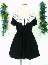 フリルワンピース:お花とフリル襟のシャーリングワンピース ブラック