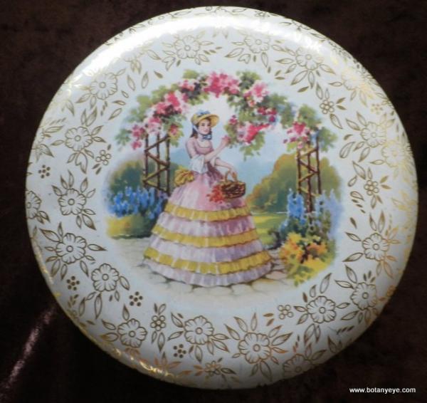 ビンテージ イギリス製 花を摘む少女が描かれた丸型カン