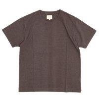 ACCHA(アチャ) KORTRIJK LINEN SET IN CREW NECK TEE (ブラウン)(Tシャツ)(クルーネック)