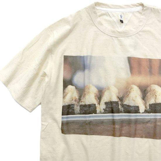 HiHiHi ひひひ おにぎり フォトTシャツ (生成り)(Tシャツ プリントT 昭和レトロ)