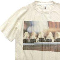 HiHiHi ひひひ|おにぎり フォトTシャツ (生成り)(Tシャツ プリントT 昭和レトロ)