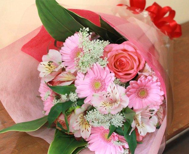 定番ガーベラとバラのスイートなピンク花束