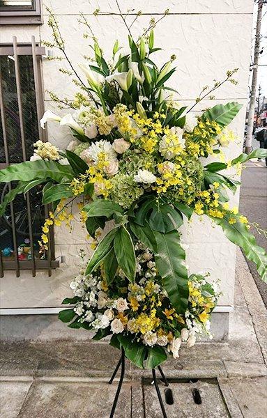 上品な白と黄色のスタンド花 /シングル/...