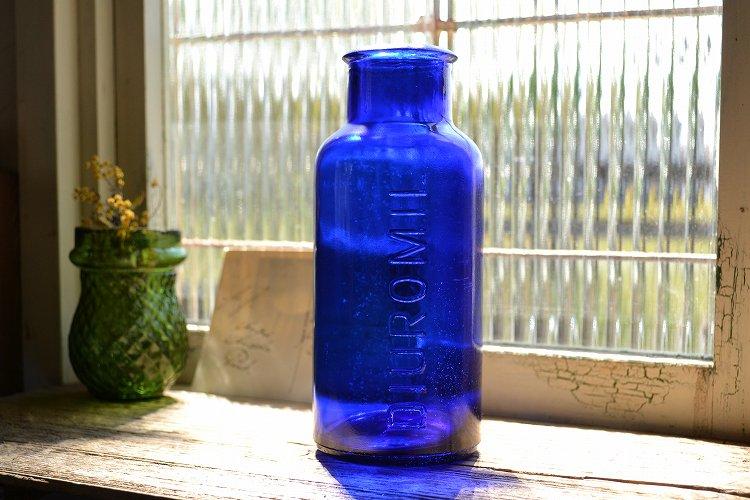 綺麗なブルーのエンボス入りアンティークボトル/イギリス/ガラスボトル/大きいサイズ