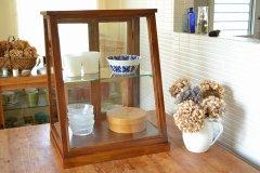 送料無料!木とガラスのショーケース アカシア EWIG ミニキャビネット ガラスケース ショーケース 40858 トールタイプ 収納 ナチュラル 木製 茶 ブラウン ディスプレイ