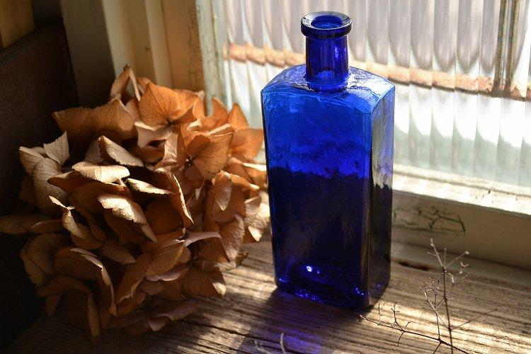 デコボコしたガラス表面のコバルトブルーのアンティークボトル