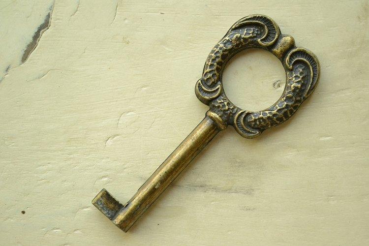 幸せを呼ぶと言われる アンティークキー 豪華な装飾 家具、棚、ドア、時計です。