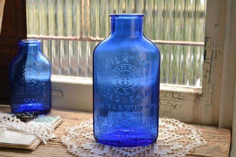 綺麗なブルーのエンボス入りアンティークボトル/MILK OF MAGNESIA