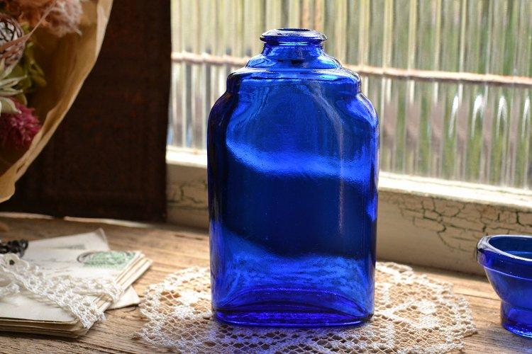 洗眼液が入っていたコバルトブルーの薬瓶