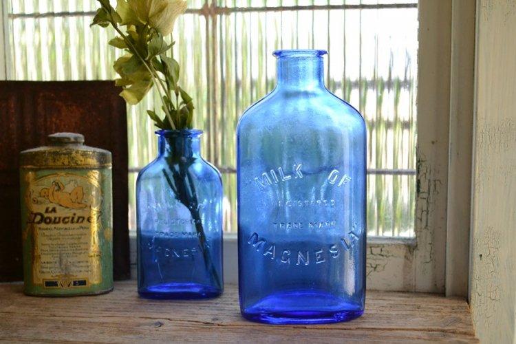 綺麗なブルーのエンボス入りアンティークボトル/MILK OF MAGNESIA/大きいサイズ