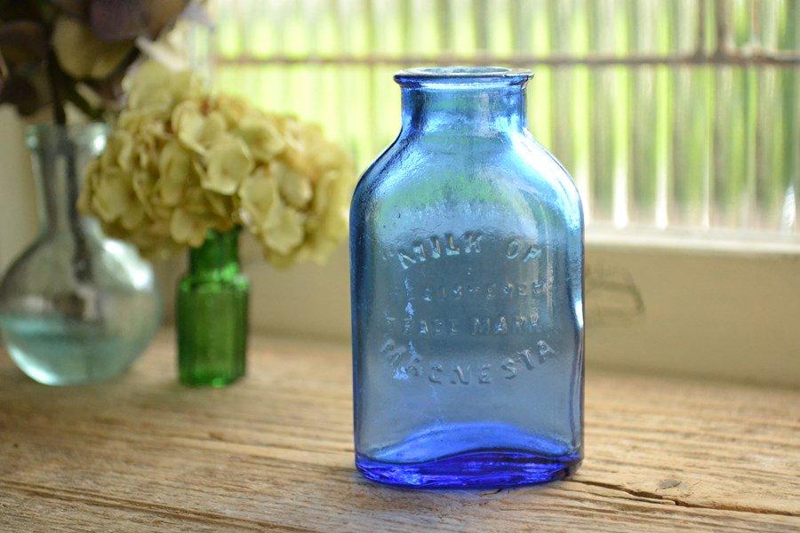 アンティークボトル 小さなサイズの綺麗なブルーのエンボスロゴ入り MILK OF MAGNESIA