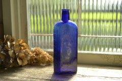 アンティークボトル きれいなコバルトブルーの薬瓶 エンボスロゴ