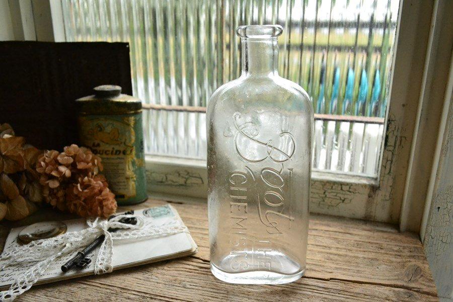 英国の薬局Bootsのアンティークボトル 透明な薬瓶/エンボス入りです。