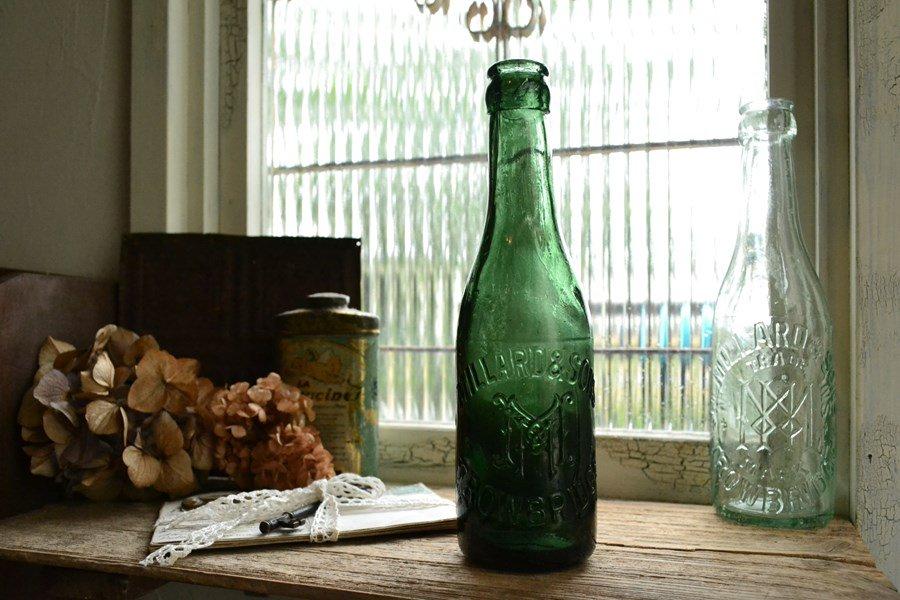背の高いグリーンのソーダボトル