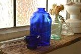 アイカップがキャップになったコバルトブルーのアンティークボトル(ガラス瓶)