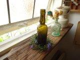 オリーブグリーンのスリムなアンティークボトル