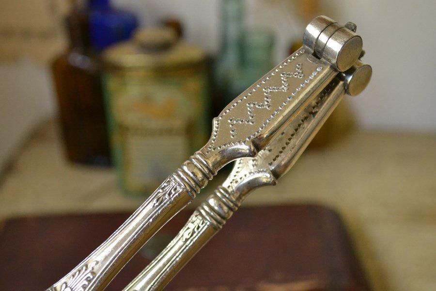 送料無料!アンティークシルバープレート(銀メッキ)のグレープシザー(葡萄切りハサミ)とアンティークシルバープレート(銀メッキ)のナッツクラッカー(くるみ割り器)のセットです。
