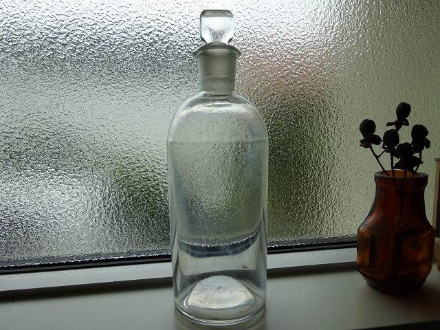 ストッパー付きの透明なアンティークボトルです。