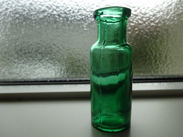グリーンのミニボトルです。