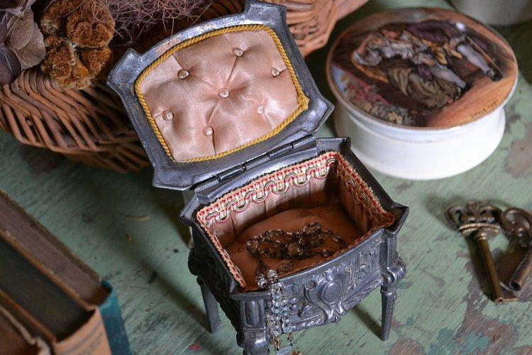 アンティーク フレンチ ジュエリーボックス(宝石箱) 淡いピンクのシルクパッドです。