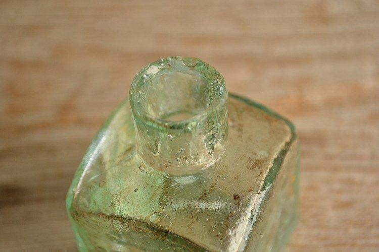 アンティークインクボトル 四角形 エンボスロゴです。