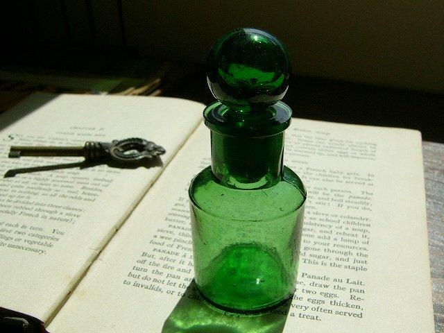 嗅ぎ薬瓶 アンティークボトル エメラルドグリーン(SMELLING BOTTLE EMERALD GREEN)