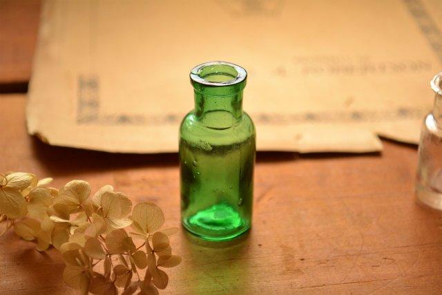 小さなグリーンのアンティークボトル