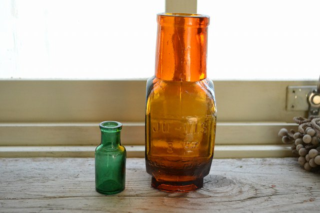 グリーンのミニボトルと琥珀色が綺麗な薬瓶JU-VIS 8ozの2本セットです。