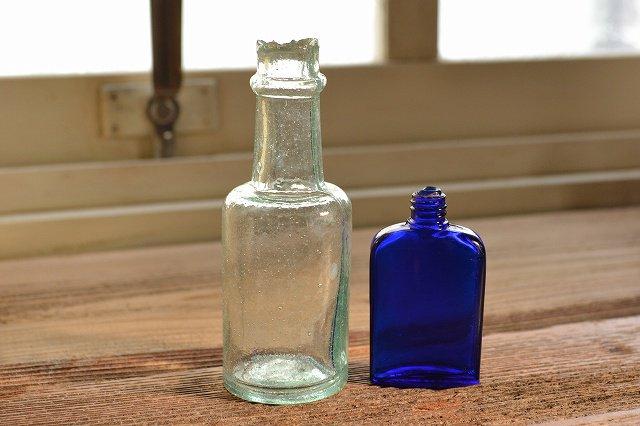 アイスブルーのソース瓶とちいさなコバルトブルーの薬瓶の2本セット