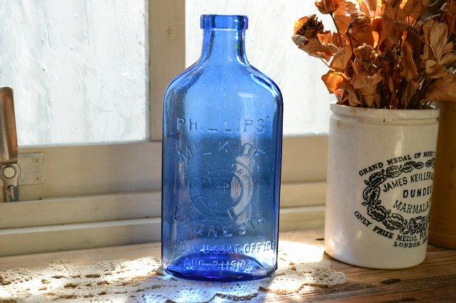 レアなサイズ!綺麗なブルーのエンボス入りアンティークボトル/MILK OF MAGNESIA
